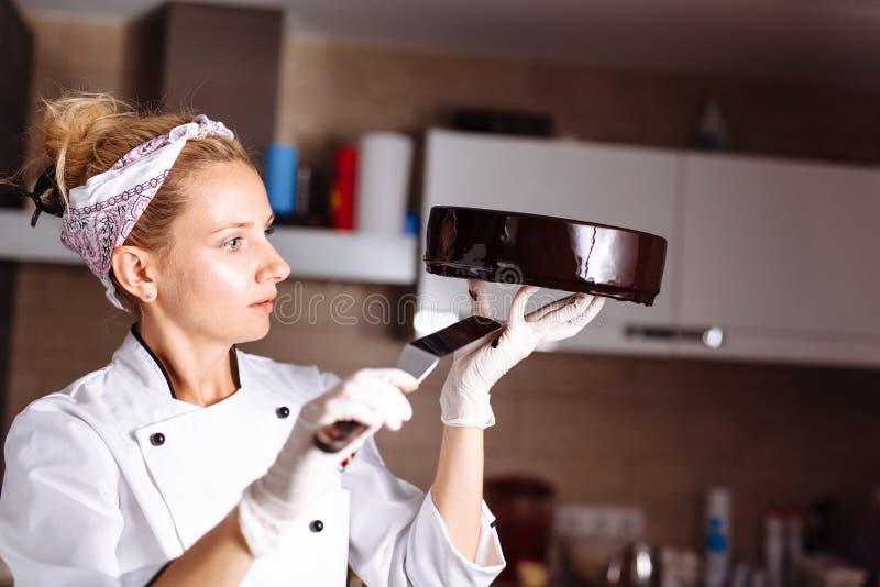 Tort zakrywający w czekoladzie Lustrzany glazerunek obrazy stock