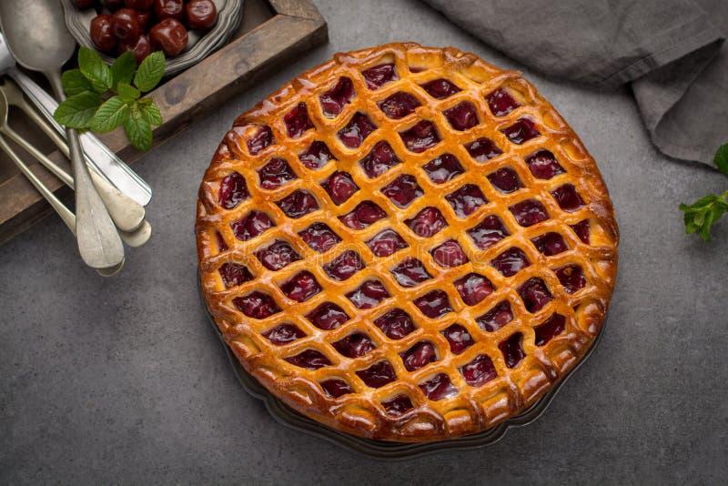 Torta aberta caseiro da cereja ácida, sobremesa doce deliciosa imagens de stock royalty free