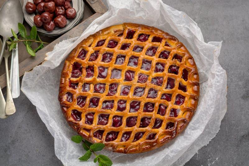 Torta aberta caseiro da cereja ácida, sobremesa doce deliciosa fotos de stock royalty free