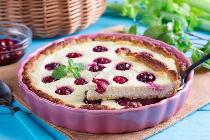 Torta aberta da cereja com enchimento do requeijão e do creme de leite, no formulário do cozimento imagens de stock