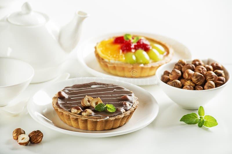 Torta acida con i dadi ed i frutti del cioccolato fotografia stock
