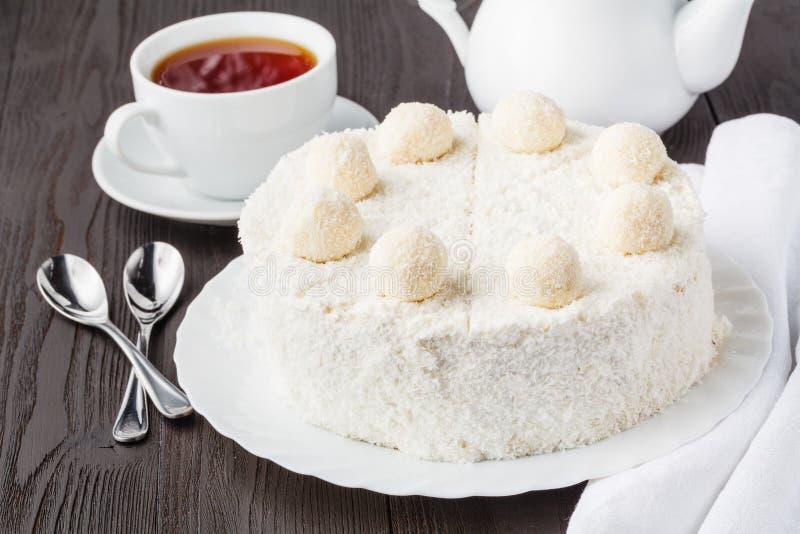 Torta acodada de la miel gluten-libre hecha en casa con crema y nueces foto de archivo libre de regalías