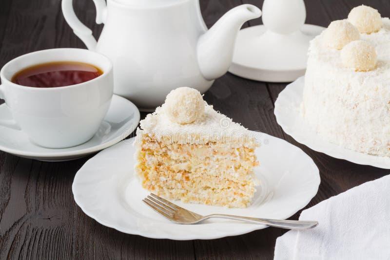 Torta acodada de la miel gluten-libre hecha en casa con crema y nueces imagen de archivo