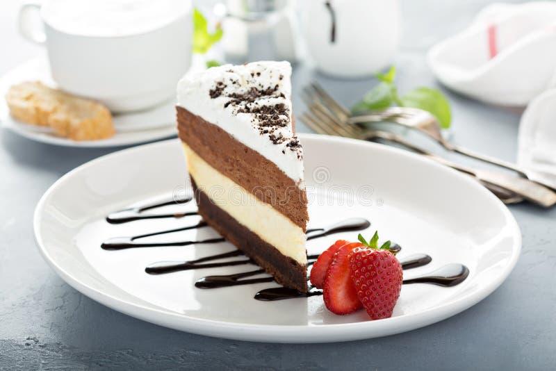 Torta acodada tres chocolates de la crema batida fotos de archivo