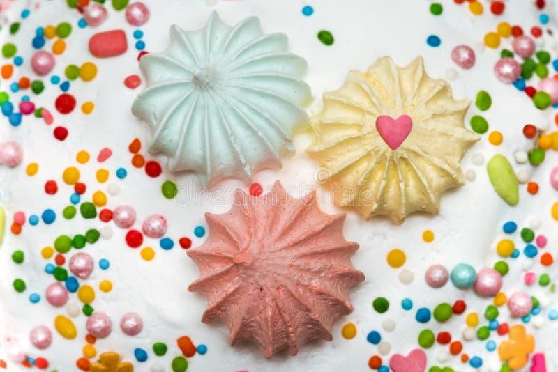Torta adornada con los dulces coloridos imagenes de archivo