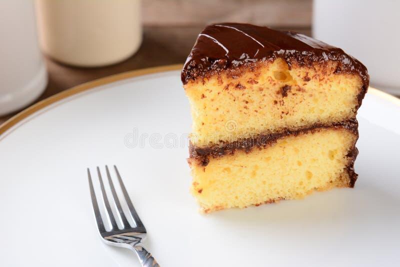 Torta amarilla con helar del chocolate fotografía de archivo libre de regalías