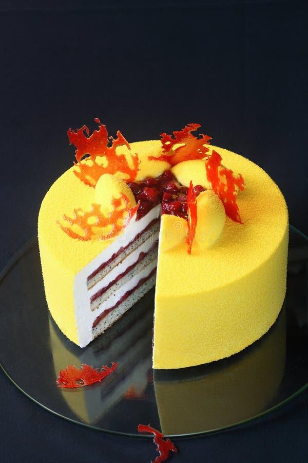 Torta amarilla contemporánea de la crema batida del terciopelo imagenes de archivo