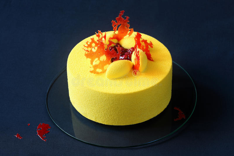 Torta amarilla contemporánea de la crema batida del terciopelo imagen de archivo libre de regalías