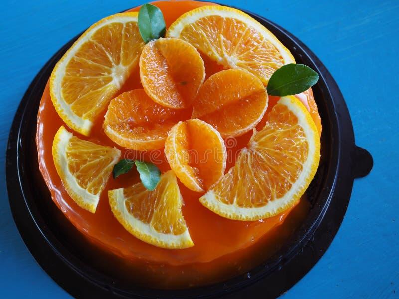 Torta anaranjada con el desmoche anaranjado foto de archivo