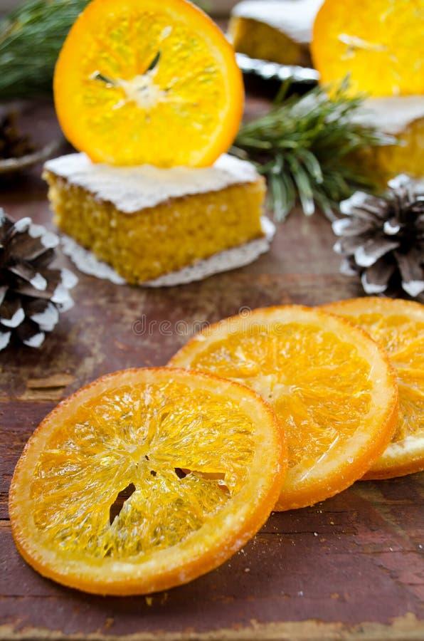Torta anaranjada con las naranjas caramelizadas, decoración de la Navidad fotografía de archivo libre de regalías