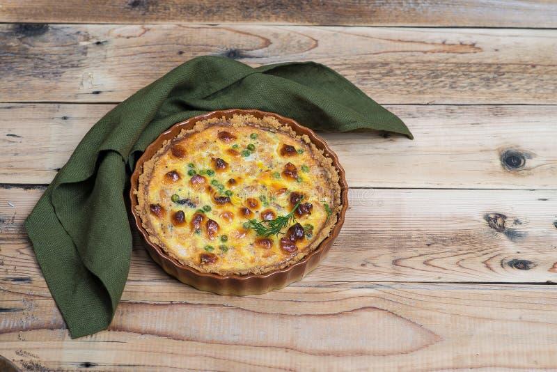 Torta aperta rubiconda rotonda con il materiale da otturazione del formaggio e della verdura immagine stock libera da diritti