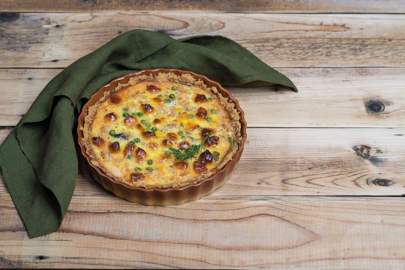 Torta aperta rubiconda rotonda con il materiale da otturazione del formaggio e della verdura fotografie stock