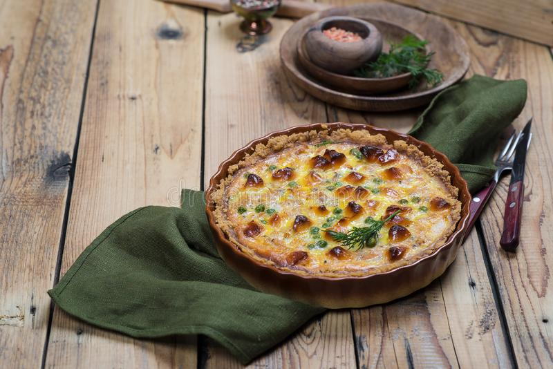 Torta aperta rubiconda rotonda con il materiale da otturazione del formaggio e della verdura fotografia stock