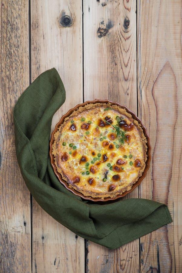 Torta aperta rubiconda rotonda con il materiale da otturazione del formaggio e della verdura fotografia stock libera da diritti