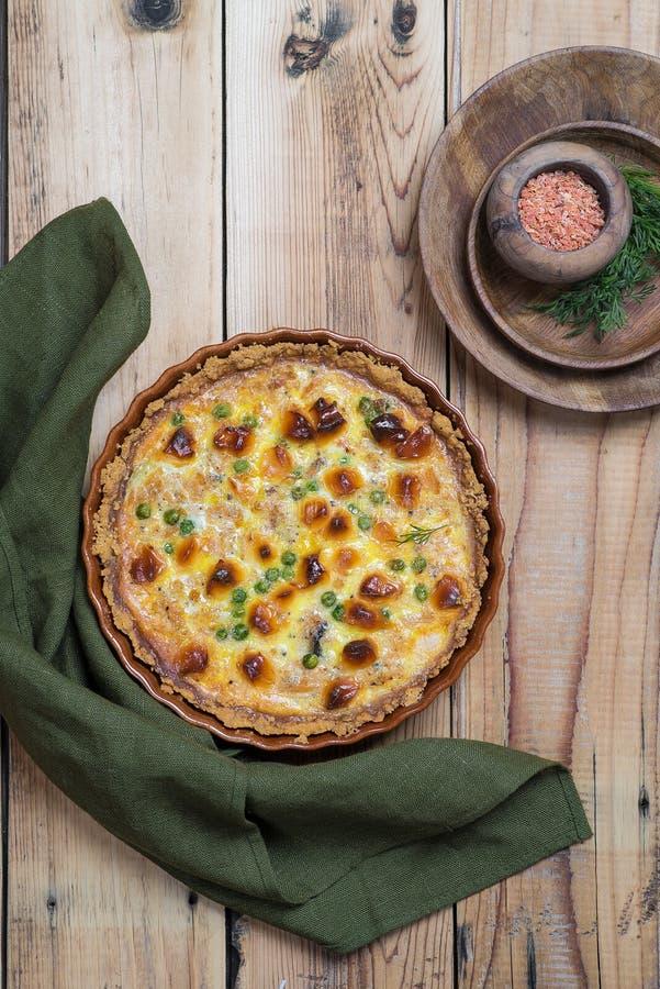 Torta aperta rubiconda rotonda con il materiale da otturazione del formaggio e della verdura immagini stock