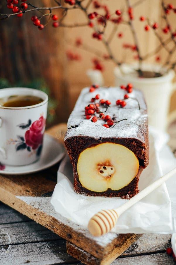 Torta aperta rustica della pera e della mela nella regolazione rustica della tavola Pe al forno immagine stock