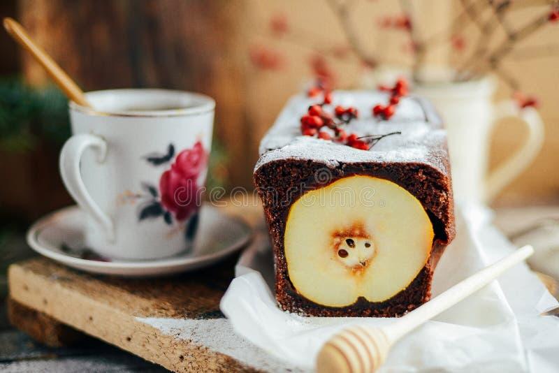 Torta aperta rustica della pera e della mela nella regolazione rustica della tavola Pe al forno immagine stock libera da diritti