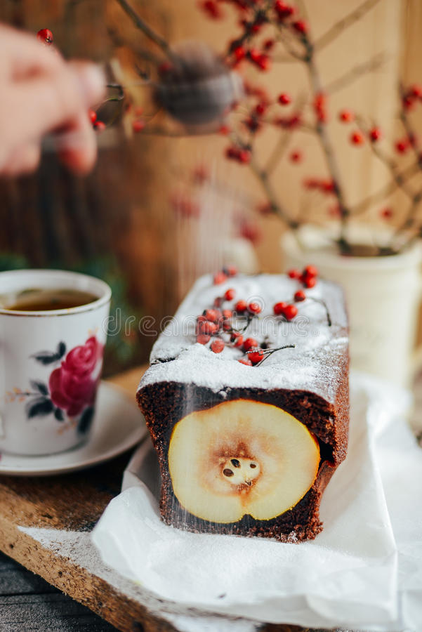 Torta aperta rustica della pera e della mela nella regolazione rustica della tavola Pe al forno fotografia stock