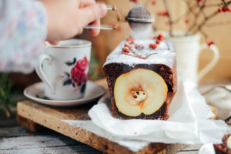 Torta aperta rustica della pera e della mela nella regolazione rustica della tavola Pe al forno fotografia stock libera da diritti