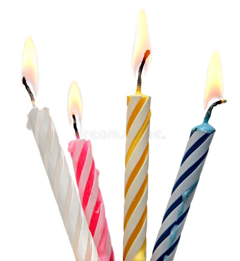 Torta ardiente de la vela del cumpleaños aislada en blanco imagenes de archivo