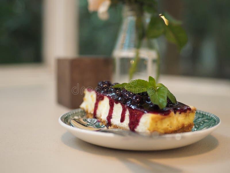 A torta azul do impermeável está na placa do estilo do vintage imagem de stock royalty free