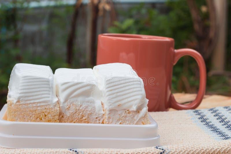 torta blanca y taza de café imagen de archivo
