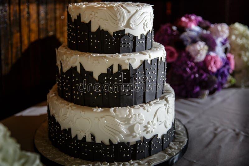 Torta blanco y negro del horizonte de la ciudad de la boda fotos de archivo libres de regalías