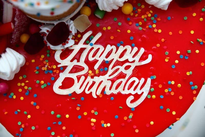 Torta brillante con un primer de la inscripción del cumpleaños foto de archivo libre de regalías
