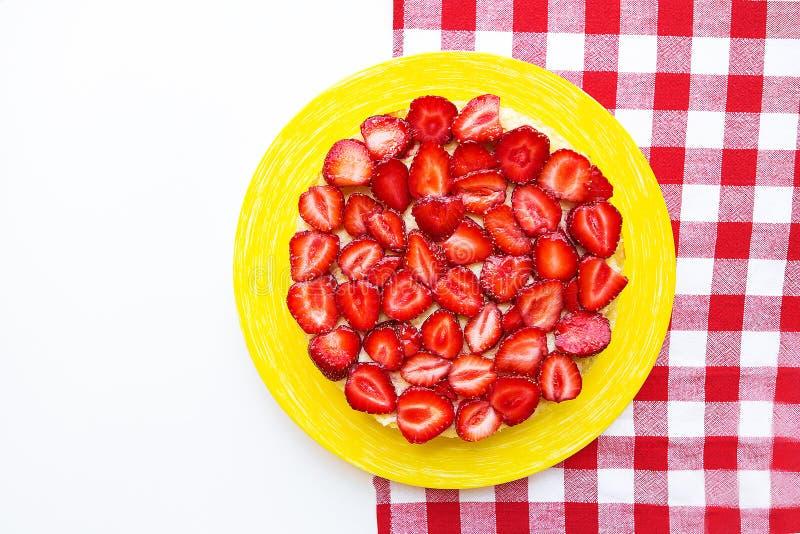 Torta brillante y deliciosa de la fresa en una servilleta roja en una jaula fotografía de archivo libre de regalías