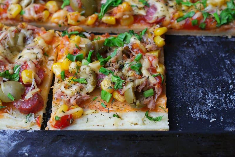 Torta casalinga con la salsiccia, olive, formaggio, cereale fotografie stock libere da diritti