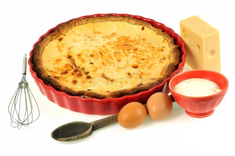 Torta casalinga del formaggio con i suoi ingredienti fotografia stock