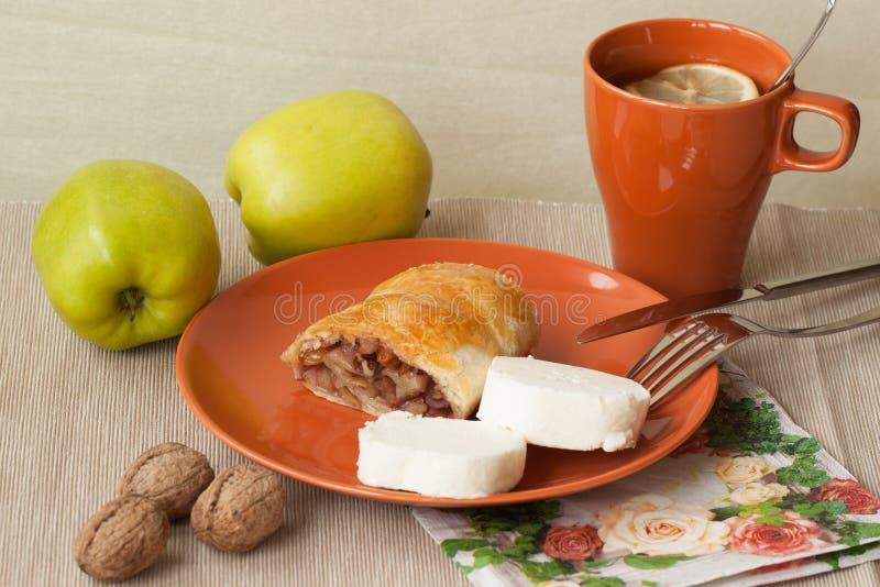 Torta casalinga del soffio con le mele ed il tè, limone immagini stock