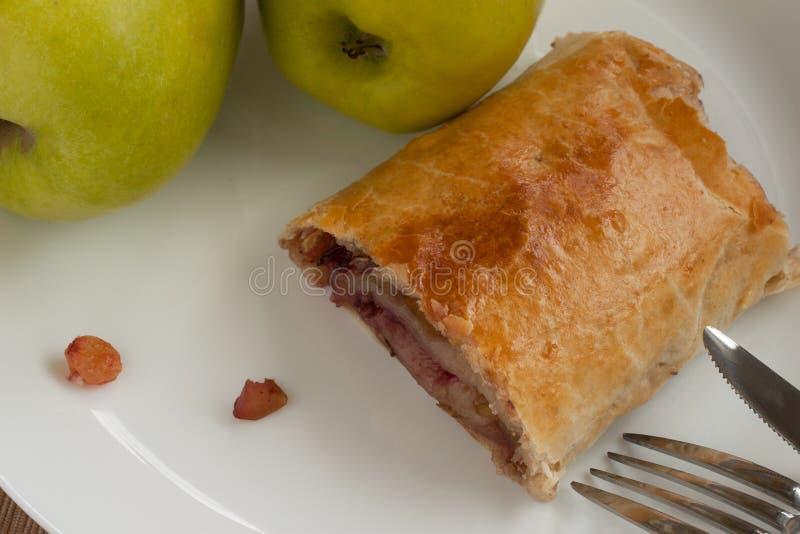 Torta casalinga del soffio con le mele, l'uva passa ed i dadi fotografia stock libera da diritti