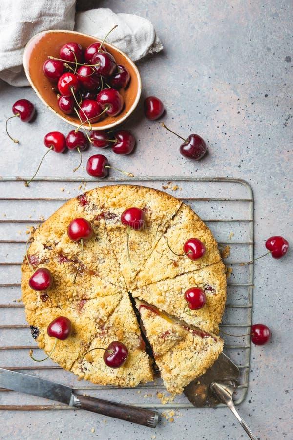 Torta casalinga della briciola della ciliegia fotografia stock libera da diritti