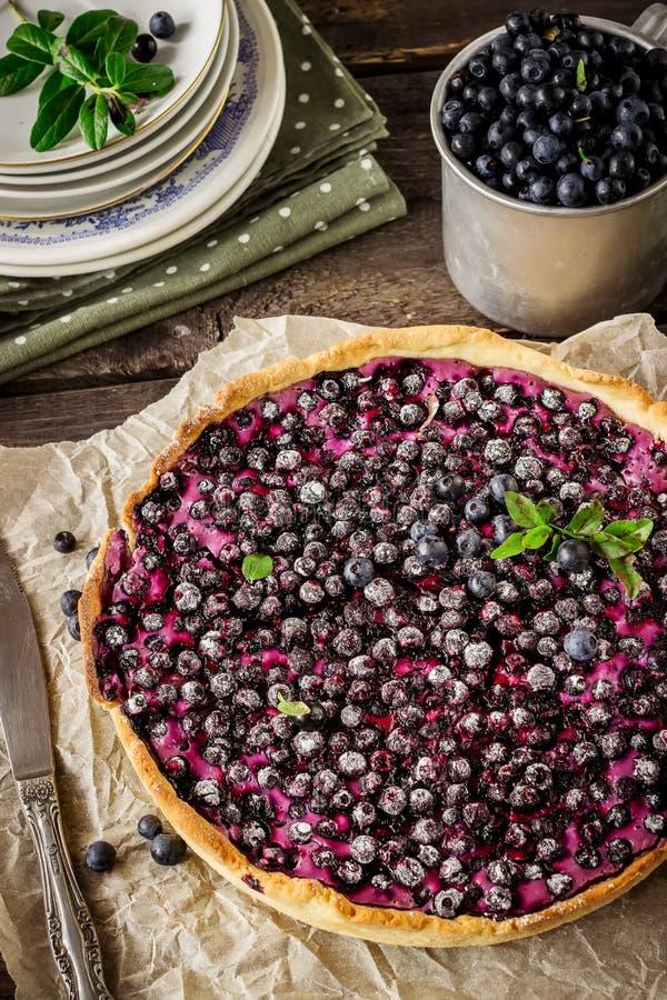Torta caseiro com a uva-do-monte na tabela de madeira escura imagem de stock royalty free