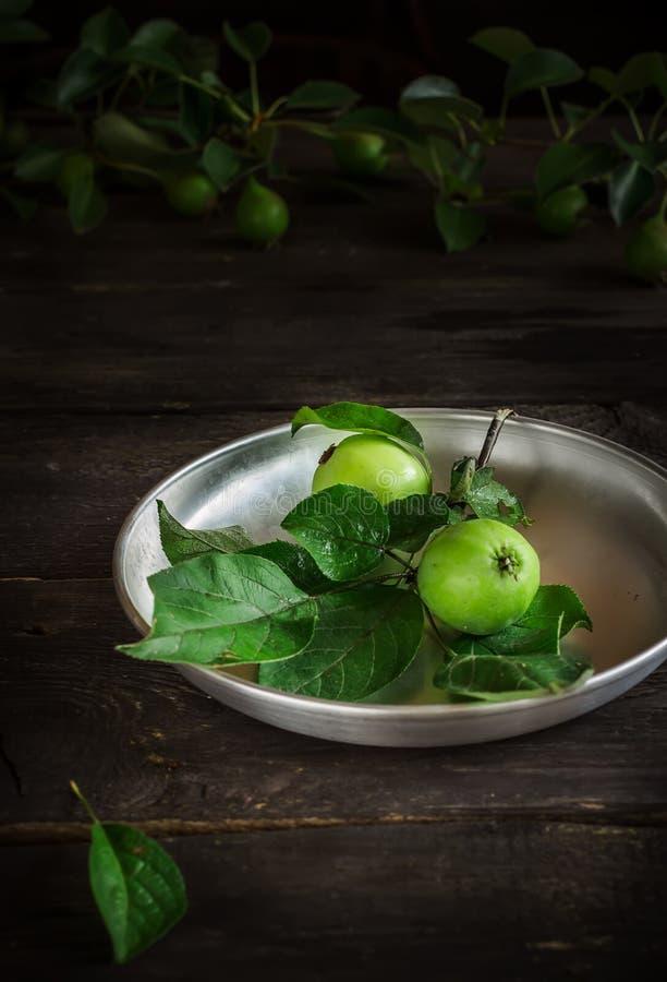 Torta caseiro com a uva-do-monte na tabela de madeira escura foto de stock royalty free