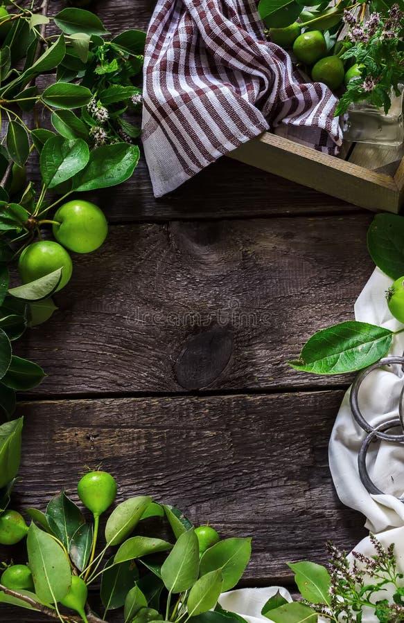 Torta caseiro com a uva-do-monte na tabela de madeira escura fotos de stock