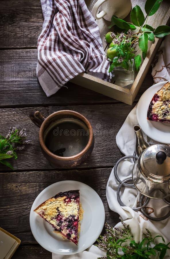 Torta caseiro com a uva-do-monte na tabela de madeira escura fotografia de stock