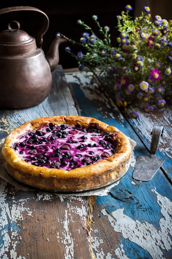 Torta caseiro com a uva-do-monte na tabela de madeira velha foto de stock royalty free