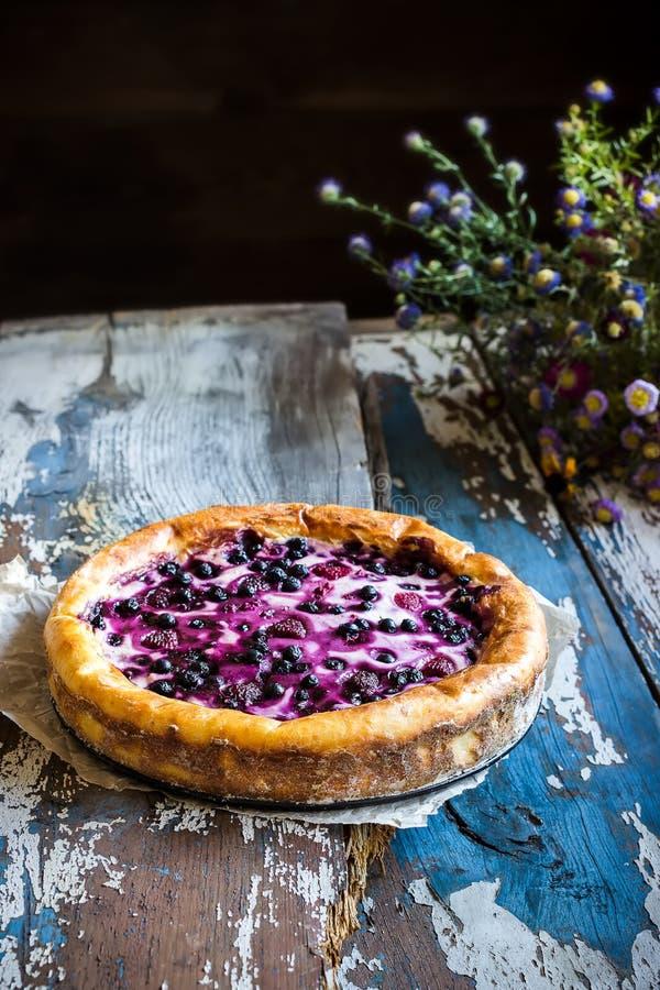 Torta caseiro com a uva-do-monte na tabela de madeira velha imagem de stock royalty free