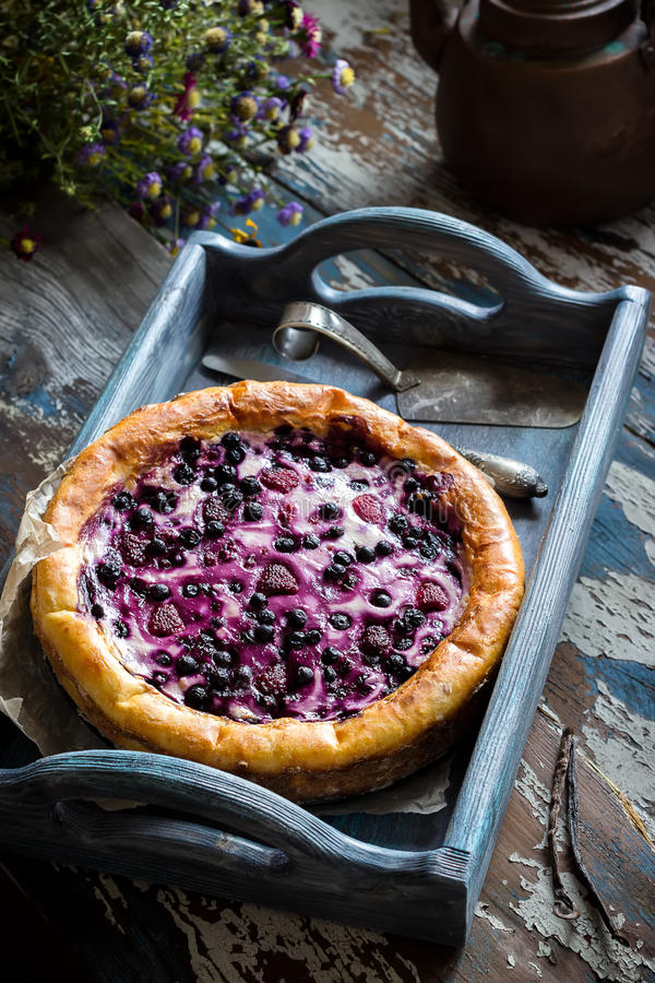Torta caseiro com a uva-do-monte na tabela de madeira velha fotografia de stock