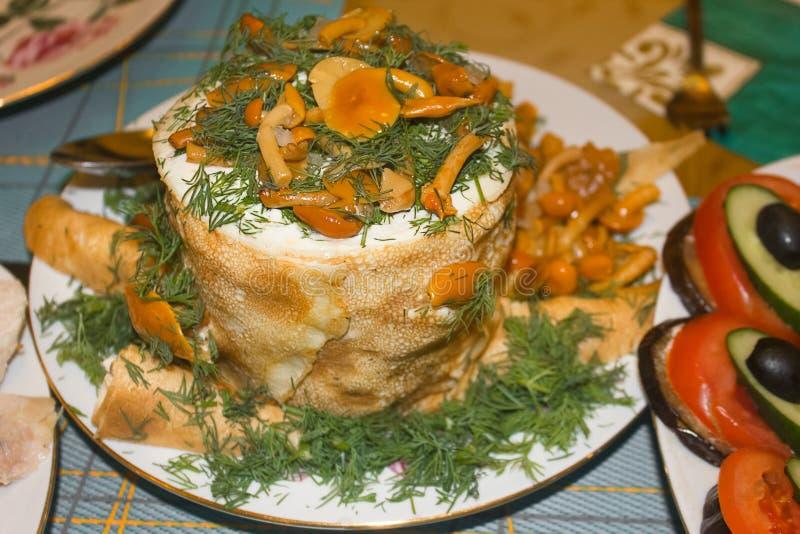 Torta caseiro da panqueca na placa branca, decorada com cogumelos salgados imagens de stock