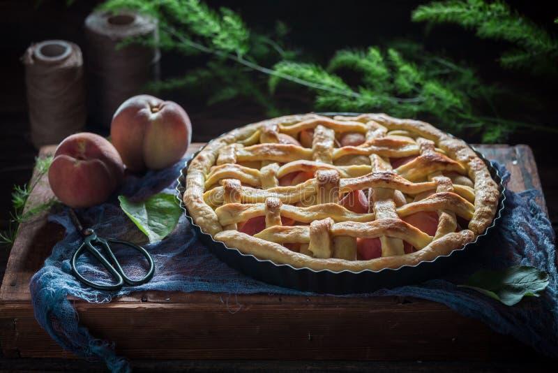 Torta caseiro e rústica do pêssego feita de frutos frescos fotografia de stock royalty free