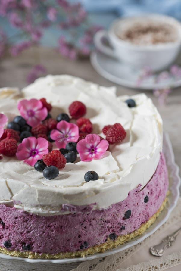 Torta celebradora con bayas y una taza de café aromático Servilleta del vintage, cuchara y flores rosadas imagen de archivo libre de regalías