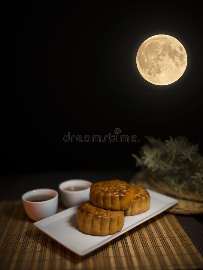 Torta china de la luna debajo de la Luna Llena Reunión, china foto de archivo libre de regalías