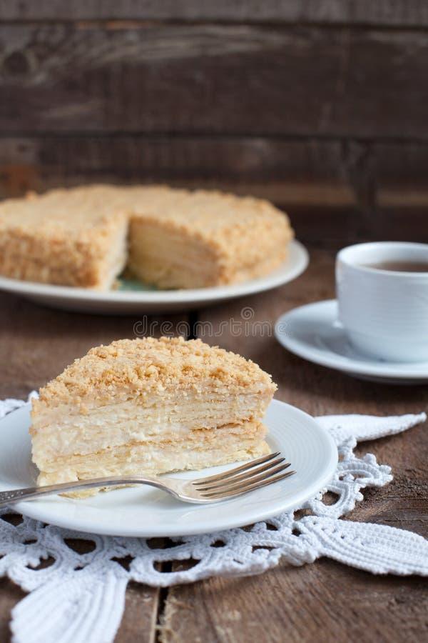 Torta clásica Napoleon de la pasta de hojaldre con crema de las natillas en un pla fotos de archivo libres de regalías