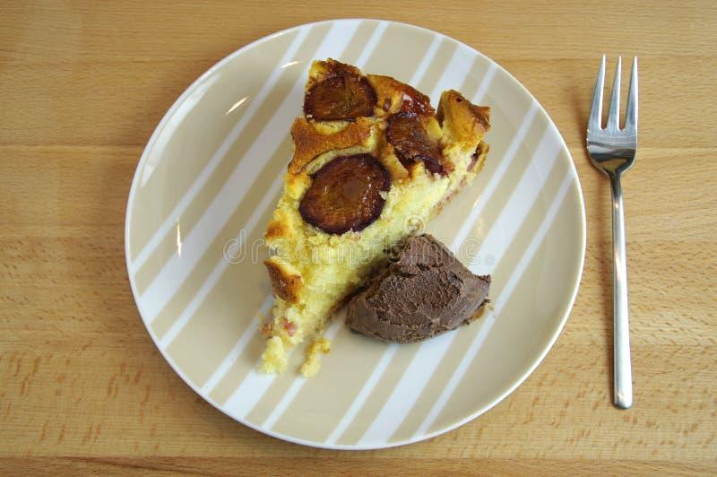 Torta cocida fresca del ciruelo con hielo fotografía de archivo