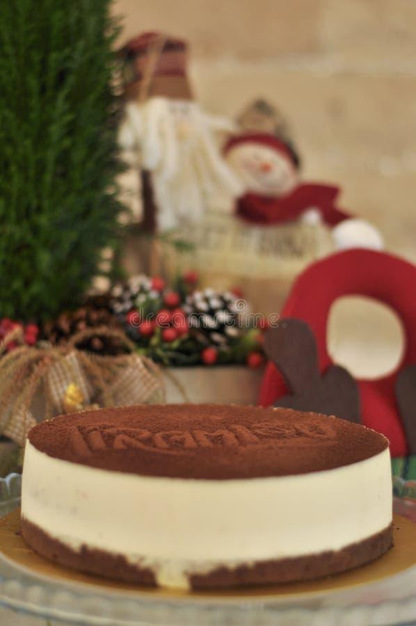 Torta cocida fresca deliciosa del Tiramisu con concepto de la Navidad foto de archivo libre de regalías