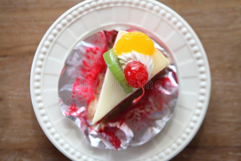 Torta colorida de la fruta, postre imágenes de archivo libres de regalías
