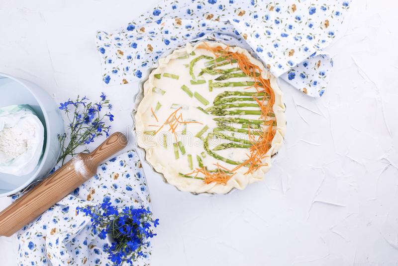 Torta com aspargo e queijo, pastelarias úteis com vegetais Fundo branco Copie o espaço, configuração do plano foto de stock